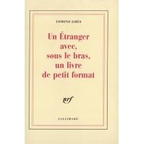 Un Etranger Avec, Sous Le Bras, Un Livre De Petit Format
